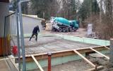 Betonieren der Bodenplatte für den neuen Anbau