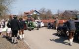 Daniel fährt seine Carolin mit dem Traktor