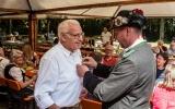 Franz Königer bekommt die Nadel für 50 Jahre Vereinstreue